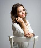 Pensierosa giovane donna bruna. — Foto Stock