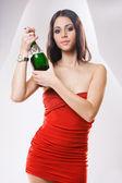 赤いドレスを着て chaqmpagne ブルネット. — ストック写真