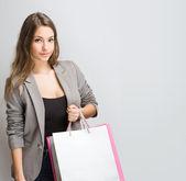 Splendida giovane brunetta shopper. — Foto Stock