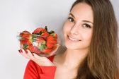 Magnifique jeune femme avec des fraises. — Photo