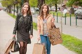 подружки отправиться за покупками. — Стоковое фото