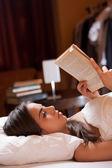 Leitura antes de dormir. — Foto Stock