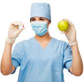 Joven médico píldora y manzana — Foto de Stock
