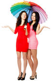 Dwie stojące młodych kobiet z parasolem — Zdjęcie stockowe
