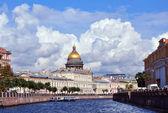 купол исаакиевский собор в санкт-петербурге в летнее время. rus — Стоковое фото