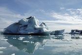 Buzdağları jokulsarlon buz lagoon içinde. — Stok fotoğraf