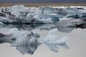 融化冰在平静水. — 图库照片