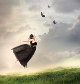 Flickan hoppar i luften — Stockfoto