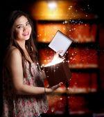 Fille ouvrir une boîte de cadeau — Photo