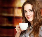 Belles jeunes femmes, boire une tasse de café — Photo