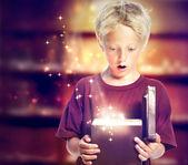Gelukkige jongen openen van een doos van de gift — Stockfoto