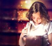 счастливая девушка, открытие в подарок — Стоковое фото