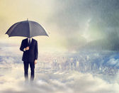 Muž s deštníkem nad městem — Stock fotografie