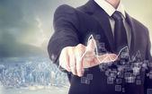 Podnikatel dotýká graf — Stock fotografie