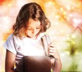 Fille heureuse en ouvrant un cadeau — Photo