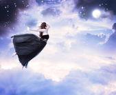 девушка в небе луной — Стоковое фото