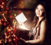 Chica abriendo una caja de regalo — Foto de Stock