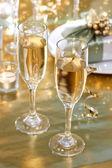 Verres de champagne sur la table du dîner — Photo
