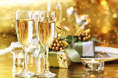 ディナー テーブルの上の 2 つのシャンパン グラス — ストック写真