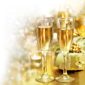 Briller les verres de champagne (célébration) — Photo