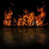 Feuer mit reflektion — Stockfoto