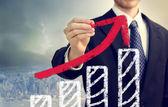 Zakenman met grafiek vertegenwoordigen groei — Stockfoto