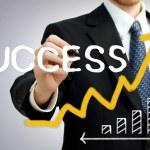 zakenman schrijven succes met een stijgende pijl — Stockfoto