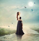 Violinista presso un ruscello sotto la luce della luna — Foto Stock