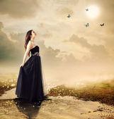 Vacker flicka vid en bäck under månens ljus — Stockfoto