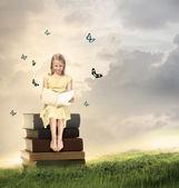Blond dziewczynka czytanie książki — Zdjęcie stockowe