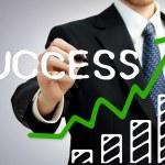 zakenman schrijven succuess met een staafdiagram — Stockfoto