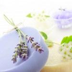 Мыло ручной работы с лаванды и белые цветки. — Стоковое фото