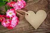 Handgemachte herzförmige tag mit rosen — Stockfoto