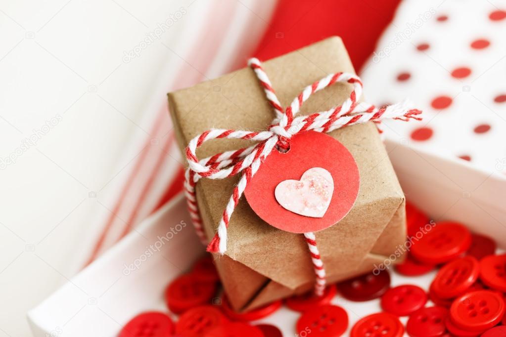 手工制作的小礼物盒与心脏标记和缠绕线 — 照片作者 melpomene