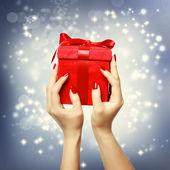 クリスマス輝く背景上に赤いプレゼント ボックス — ストック写真