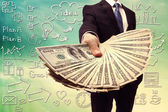 деловой человек, отображение распространения наличных денежных средств — Стоковое фото