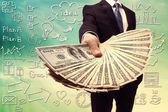 ビジネスの男は現金の普及を表示します。 — ストック写真