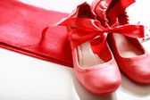 Red shoes with ribbon — Zdjęcie stockowe