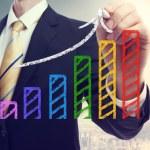 homme d'affaires, une flèche montante de dessin sur un graphique à barres — Photo