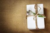Zelfgemaakte geschenkdoos met lavendel takje — Stockfoto