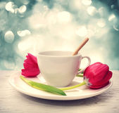 Coffee cup with red tulips — Foto Stock