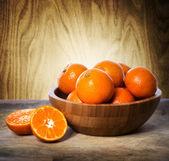 мандарины в деревянной миске — Стоковое фото