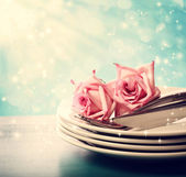 Dinner plates with pink roses — Stock fotografie