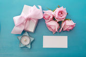 Scatola regalo con rose rosa — Foto Stock