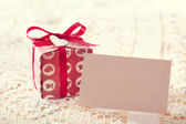 Present boxes and blank message card — 图库照片