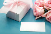 Blank message card with gift box and roses — Stock Photo