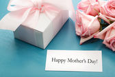 Mothers day card with gift box and roses — Stock Photo