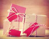 Kırmızı ve beyaz hediye kutuları — Stok fotoğraf