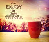 Disfrutar del olor de las cosas pequeñas del café — Foto de Stock