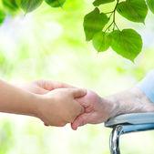 äldre kvinna i rullstol — Stockfoto